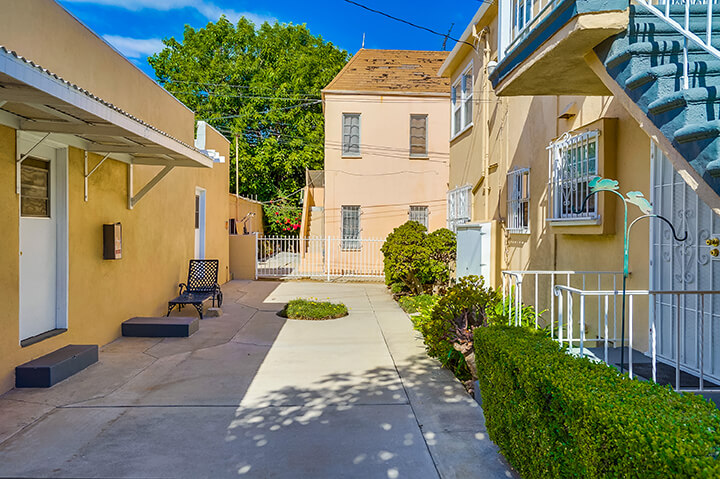 Two-bedroom unit for lease in South Carthay Los Angeles